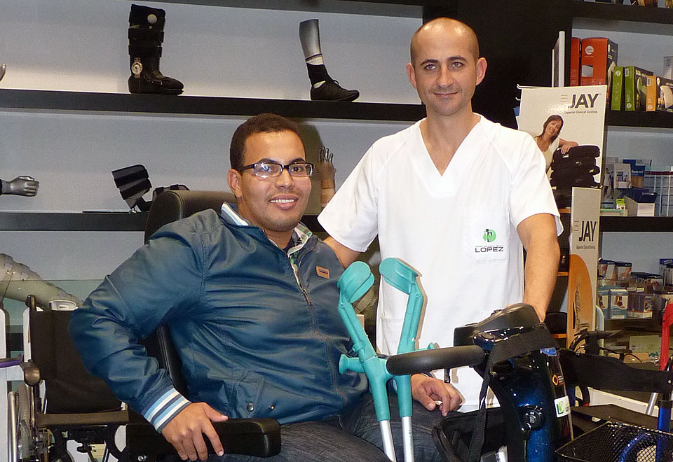 Mafú con Javier en la entrega de su nueva scooter